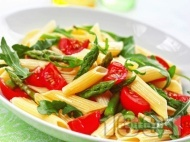 Макаронена салата с пене паста, чери домати, аспержи и рукола